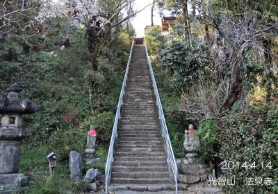 1段が狭くて、傾斜のきつい石段です。。。昔の方は足腰が強かったのね♪
